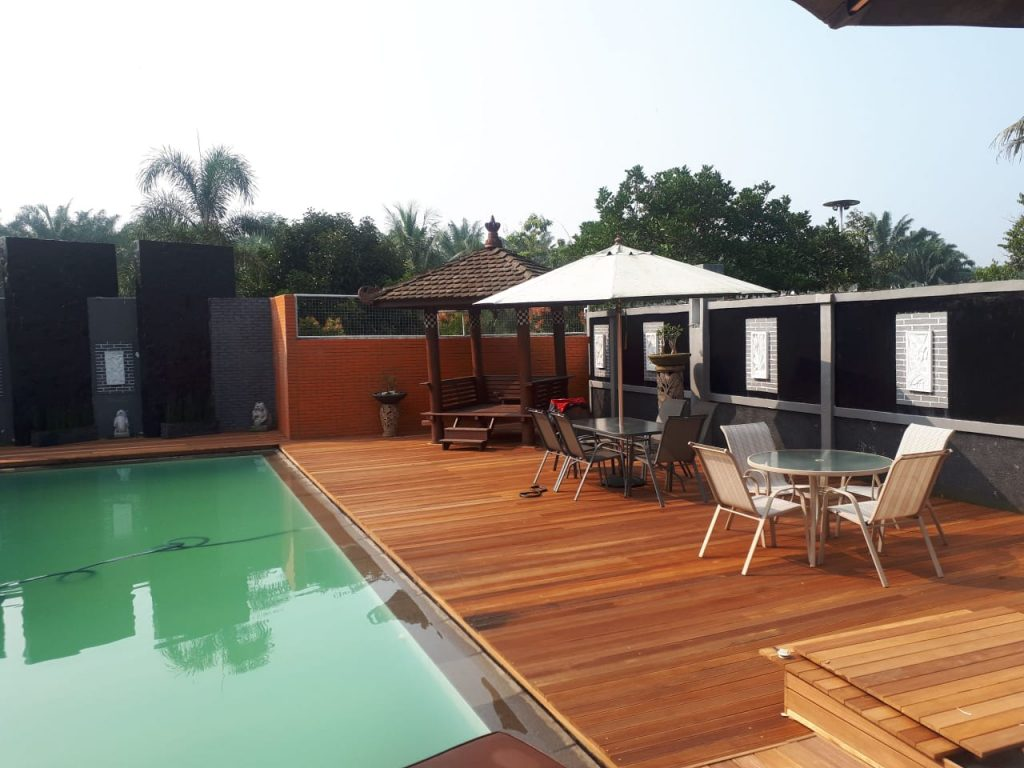 contoh pemasangan lantai kayu outdoor di samping kolam renang