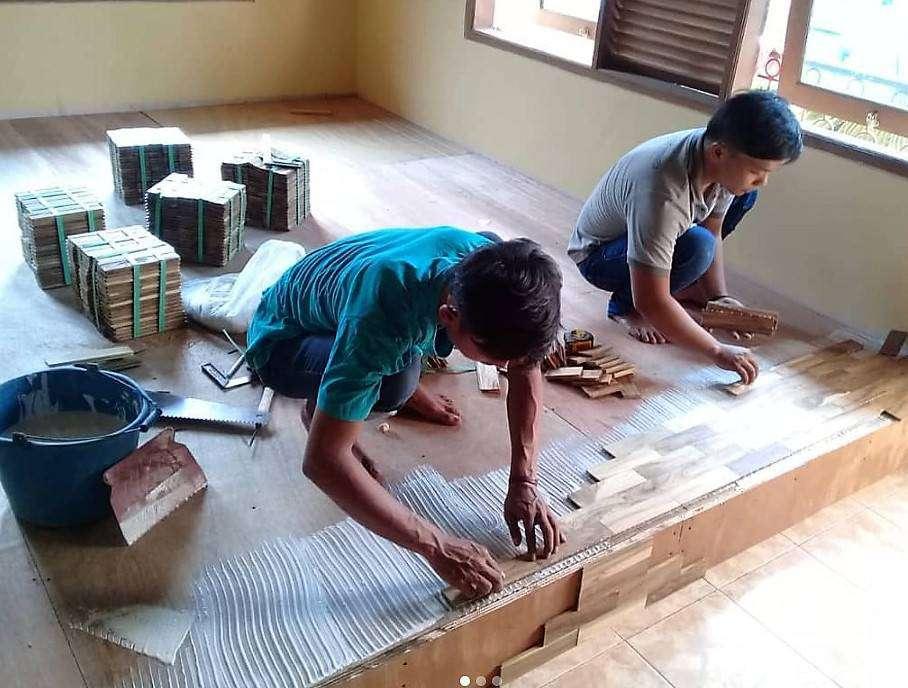 Proses pemasangan lantai kayu jati