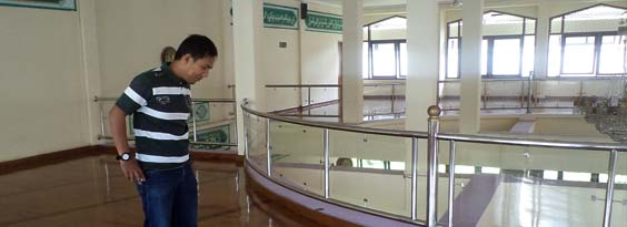 pemasangan lantai kayu di masjid