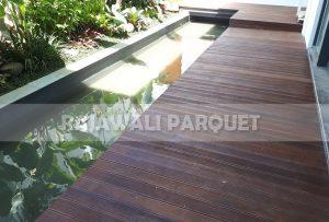 pemasangan decking kayu bengkirai di halaman rumah