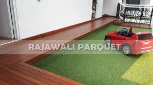 pemasangan lantai decking kayu samping kolam renang rumah pasha ungu Bogor