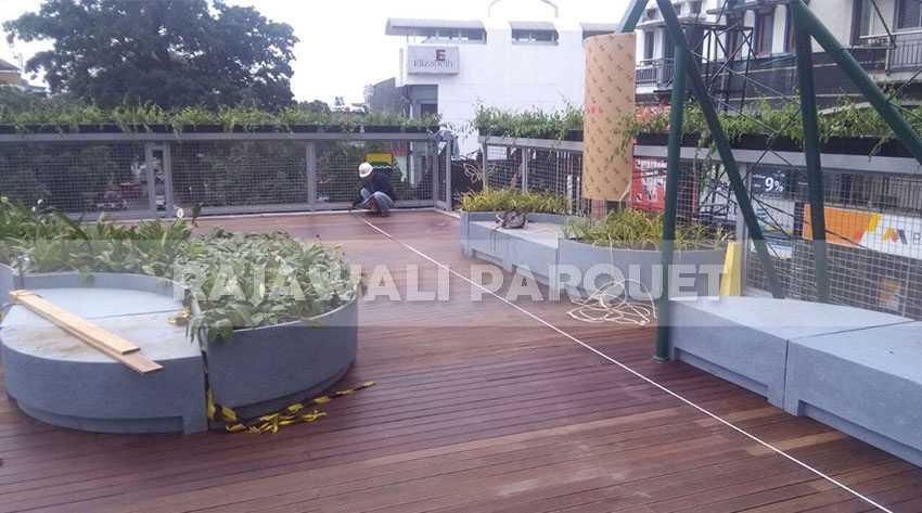 proyek decking kayu bengkirai teras skywalk cihampelas