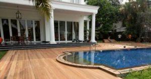kolam renang dengan decking